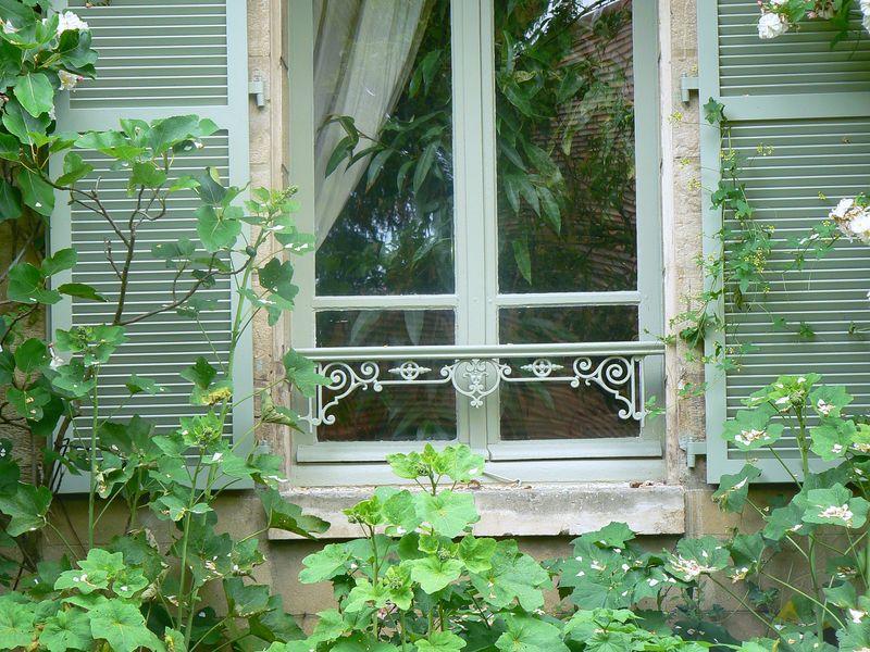 Fenêtre de la cuisine dans le verger